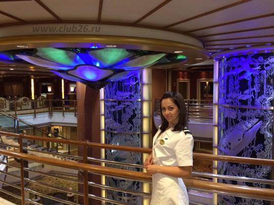 В центральном холле лайнера