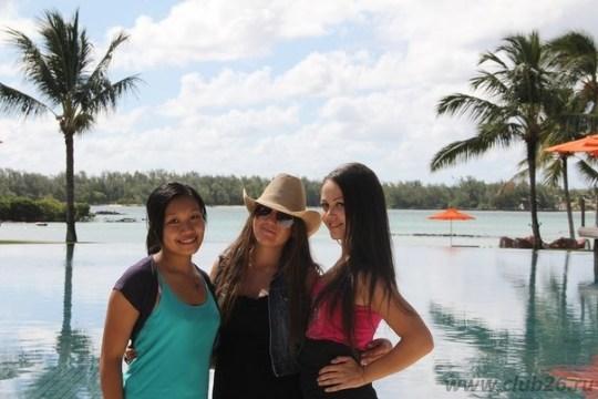 С друзьями у бассейна отеля
